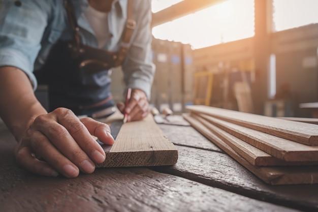 Miért járhat jól az egyedi méretre szabott faanyaggal?